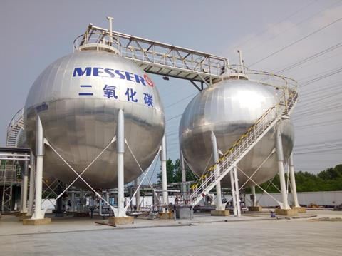 Purified CO2 is stored in special tanks. Recipients are the food, beverage and chemical industries or agriculture.
