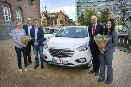 Hyundai Denmark hands over two fuel cell electric vehicles (FCEVs) to two Copenhagen Mayors.